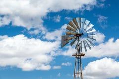 Windmühle und schöner blauer Himmel, USA Lizenzfreie Stockbilder