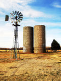 Windmühle und Silos Stockfotos