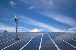 Windmühle und Sonnenkollektor Stockfotografie