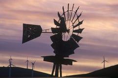 Windmühle und Windkraftanlagen bei Sonnenuntergang auf Weg 580 in Livermore, CA Stockbild