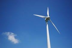 Windmühle und Wolke Stockfotos