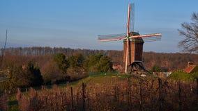 Windmühle unter Apfelbäumen stockfotos