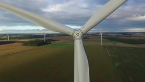 Windmühle Windenergietechnologie Luftbrummenansicht über Wind-Energie, Turbine, Windmühle, Energieerzeugung - grüne Technologie stock footage
