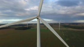 Windmühle Windenergietechnologie Luftbrummenansicht über Wind-Energie, Turbine, Windmühle, Energieerzeugung - grüne Technologie stock video footage