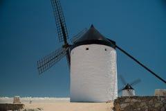 Windmühlen über Wolken Stockbilder