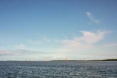 Windmühlen in Almere Pampus, 10 windturbines in einer Gruppe lizenzfreie stockbilder