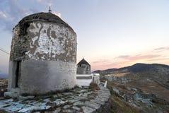 Windmühlen in einer griechischen Insel stockbilder