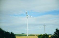 Windmühlen auf einem Gebiet für Produktion des elektrischen Stroms Lizenzfreies Stockfoto