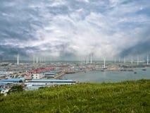 Windmühlen auf Hintergrund des mysteriösen Himmels lizenzfreie stockbilder
