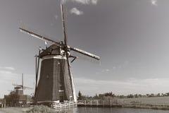 Windmühlen auf holländischer Landschaft lizenzfreies stockfoto