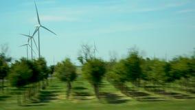 Windmühlen auf Straße stock footage