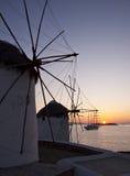 Windmühlen bei Mykonos am Sonnenuntergang am Meer und an der Lieferung Lizenzfreie Stockfotografie