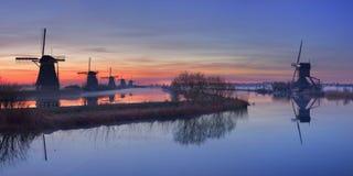 Windmühlen bei Sonnenaufgang, Kinderdijk, die Niederlande Stockbild