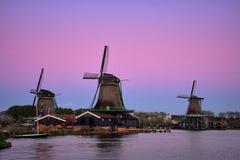 Windmühlen bei Zaanse Schans in Holland in der Dämmerung nach Sonnenuntergang Lizenzfreie Stockfotos