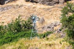 Windmühlen-Belüftungsanlage für Teiche und Seen in Mittel-Oregon USA Lizenzfreies Stockfoto