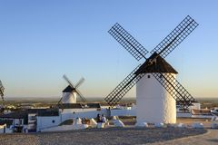 Windmühlen in Campo de Criptama lizenzfreies stockbild