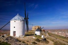 Windmühlen Cervantes Don Quixote und Consuegra-Schloss. Olivenölseifen-La lizenzfreies stockfoto