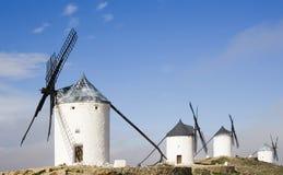 Windmühlen in Consuegra lizenzfreie stockfotografie