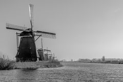 Windmühlen in den Niederlanden nah an Roterdam lizenzfreie stockfotos