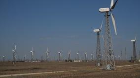 Windmühlen in der Aktion stock video