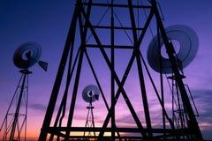 Windmühlen an der Dämmerung stockbilder