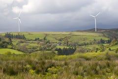 Windmühlen in der grünen irischen Landschaft Lizenzfreie Stockfotos