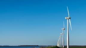 Windmühlen, die Wind erwarten stockfotos