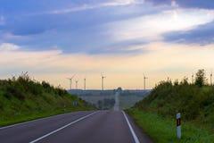 Windmühlen drehen Blätter über Ackerland Stockfoto
