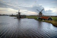 Windmühlen durch das Wasser Stockfoto