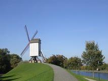 Windmühlen durch den Fluss. Lizenzfreies Stockfoto