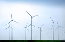 Windmühlen an einem bewölkten Tag Stockbilder