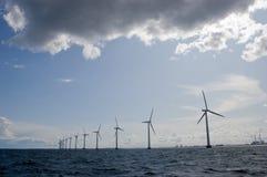 Windmühlen in einer Reihe mit bewölktem Himmel Lizenzfreie Stockbilder