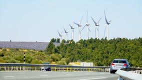 Windmühlen entlang der Straße stock video