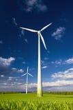 Windmühlen gegen einen blauen Himmel Stockbild