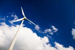 Windmühlen gegen einen blauen Himmel und weißen Wolken Lizenzfreies Stockfoto
