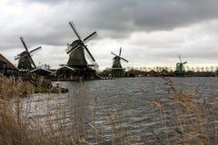 Windmühlen im Dorf Zaanse Schans an einem bewölkten Herbsttag, die Niederlande lizenzfreie stockfotografie