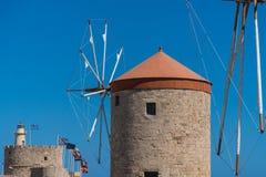 Windmühlen im Hafen von Rhodos Stockbilder