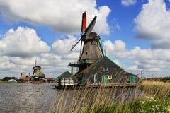 Windmühlen mit Kanal nahe ihnen Stockbild