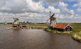Windmühlen nahe dem Kanal Lizenzfreie Stockfotos