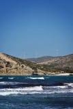 Windmühlen Prasonisi-Ägäischen Meers auf Hügeln Stockfotos