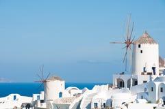 Windmühlen in Santorini Stockfotos