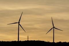 Windmühlen sind das Produzieren elektrisch für unsere Welt lizenzfreies stockbild