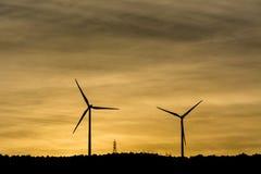Windmühlen sind das Produzieren elektrisch für unsere Welt lizenzfreies stockfoto