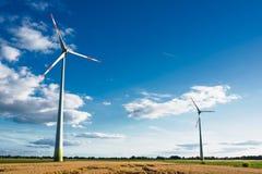 Windmühlen am Sonnenaufgang Stockfotos