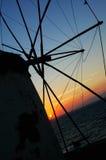 Windmühlen am Sonnenuntergang - 2 Stockbild