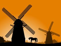 Windmühlen am Sonnenuntergang. Lizenzfreies Stockfoto