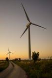 Windmühlen am Straßenrand Lizenzfreie Stockbilder