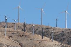 Windmühlen am Tehachapi Durchlauf Stockbild