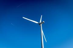 Windmühlen- und Chem-Spuren stockbild