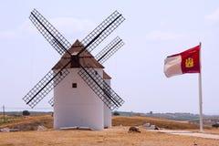 Windmühlen und die Flaggen Stockfotografie